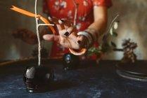 Жіночий руку з чорним карамелі apple для Хеллоуїна — стокове фото