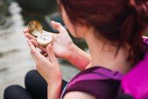 Закри жінка сидить з компасом в руках — стокове фото