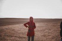 Donna etnica in piedi nel deserto, Marocco, Africa — Foto stock