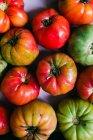 Фон свіжі половині стиглих помідорів зелений та червоний — стокове фото