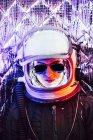Смеющаяся девушка в старом космическом шлеме на фоне фольги — стоковое фото
