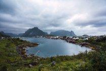 Piccolo e pittoresco villaggio sul puntello dell'oceano nelle montagne — Foto stock
