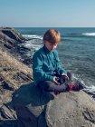 Ragazzo allegro con binocolo al mare — Foto stock