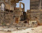 Шорсткий промислової будівлі стоячи в середині Сан Домінгуш мій сонячний день в Португалії — стокове фото