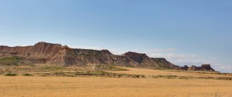 Magnífica vista del cielo azul sobre increíbles colinas rocosas de Bardenas Reales en Navarra, España - foto de stock