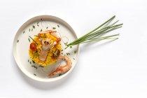 Paella caseira com lagostins e camarões servidos em prato sobre fundo branco — Fotografia de Stock