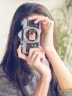 Женщина держит камеру без объектива — стоковое фото