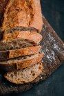 Teilweise hausgemachtes Bauernbrot auf Holzbrett — Stockfoto