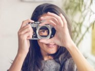 Donna che tiene la fotocamera senza obiettivo — Foto stock
