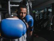 Тренировки афроамериканских боксеров в спортзале — стоковое фото