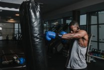 African American boxer training in gym — Stockfoto