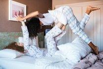 Jeune femme ayant plaisir à jouer levant avec les jambes — Photo de stock