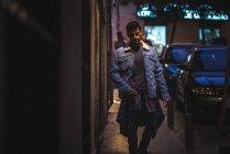 Jeune homme heureux marchant à madrid pendant l'hiver de nuit — Photo de stock