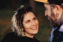Щаслива пара дивиться одне на одного в сонячну погоду. — стокове фото