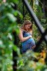 Donna incinta che tiene la pancia — Foto stock