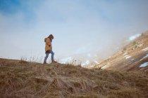 Анонімний хлопчик стоїть на вершині пагорба. — стокове фото