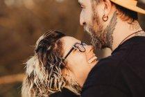 Coppia felice guardando l'un l'altro sul tempo soleggiato — Foto stock