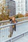 Блондинка в місті. — стокове фото