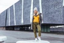 Blonde fille posant dans la ville — Photo de stock