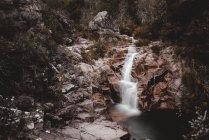 Vue sur la cascade coulant de falaise au Portugal en longue exposition — Photo de stock