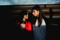 Uomo e donna dai capelli lunghi in piedi vicino al treno — Foto stock