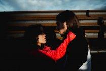 Lungo dai capelli uomo abbracciare e baciare donna vicino treno — Foto stock