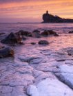 Ciel nuageux lumineux sur majestueuse mer et côte rocheuse — Photo de stock