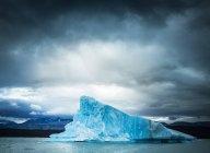 Vista fantástica de enorme iceberg frio contra céu nublado cinza na Argentina — Fotografia de Stock