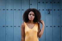 Splendida donna nera in abito giallo in posa sulla strada — Foto stock