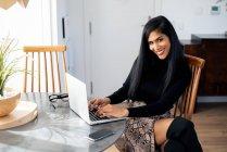Бизнесвумен, работающая из дома за компьютером — стоковое фото