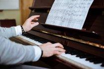 Піаніно в музичній студії можна побачити по - різному. — стокове фото