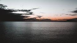 Vue pittoresque sur la surface de l'eau et un ciel incroyable avec des nuages en soirée à Lanzarote, Îles Canaries, Espagne — Photo de stock
