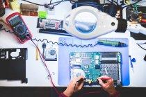 Nahaufnahme männlicher Hände bei der Reparatur von Laptops am Arbeitsplatz — Stockfoto