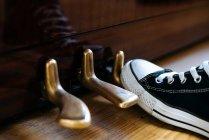 Nahaufnahme des abgeschnittenen Fußes auf dem Klavierpedal — Stockfoto