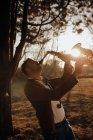 Молодий музикант грає на саксофоні в природі на заході — стокове фото