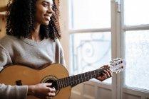 Schwarze Frau spielt bei Probe im Tonstudio Gitarre — Stockfoto