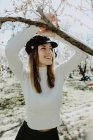 Joven mujer feliz entre los árboles en el jardín - foto de stock