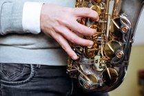 Unbekannter spielt Saxofon im Studio — Stockfoto