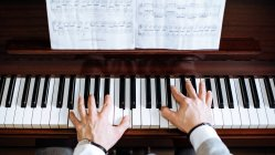 Crop Draufsicht von Männerhänden beim Klavierspielen in einem Musikstudio — Stockfoto