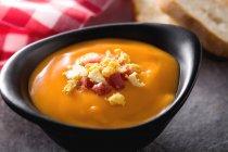 Cuenco de sopa de salmorejo con jamón y huevo duro - foto de stock