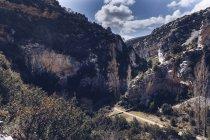 De acima vista surpreendente do footpath entre colinas altas da rocha com plantas verdes no dia ensolarado — Fotografia de Stock