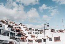 Vista di case bianche sulla collina e cielo blu con nuvole a Lanzarote, Isole Canarie, Spagna — Foto stock