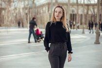 Elegante giovane donna premurosa che cammina a Crystal Palace a Madrid, Spagna — Foto stock
