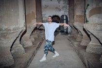 Hombre breakdancer bailando en edificio viejo - foto de stock