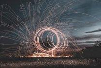 Larga exposición de círculos abstractos iluminados por la noche en Lanzarote, Islas Canarias, España - foto de stock