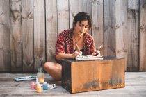 Peinture femme sur terrasse — Photo de stock