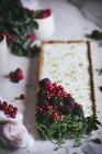 Tarte à la chaux aux baies fraîches sur marbre blanc — Photo de stock
