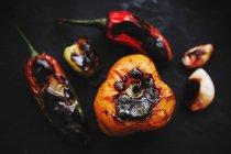 Primo piano di verdure arrosto sparse su fondo nero — Foto stock