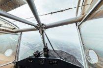 Vista aerea dall'interno della cabina di pilotaggio di un piccolo aereo — Foto stock