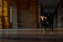 Séance dansante adolescente près du vieil immeuble — Photo de stock